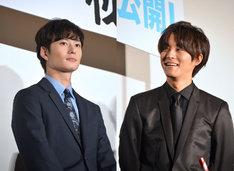 「秘密 THE TOP SECRET」公開初日舞台挨拶にて。左から岡田将生、松坂桃李。