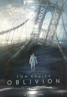トム・クルーズのサイン入り「オブリビオン」ポスター。(c)2013 Universal Studios. All Rights Reserved.