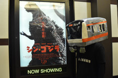 コスプレ衣装を着用して劇場を訪れたファン。