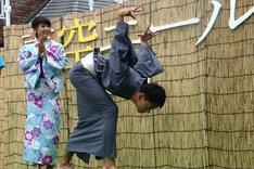 罰ゲームで永野のモノマネを披露する竹内涼真(右)。