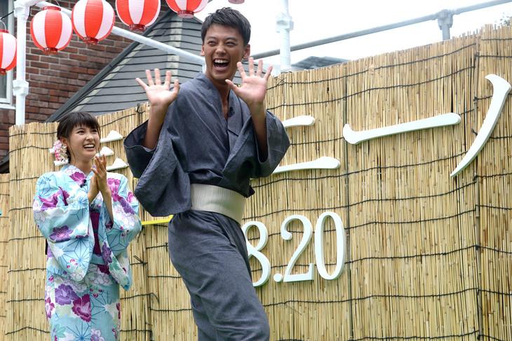 罰ゲームで永野のモノマネを披露する竹内涼真(右)と、盛り上げる土屋太鳳(左)。