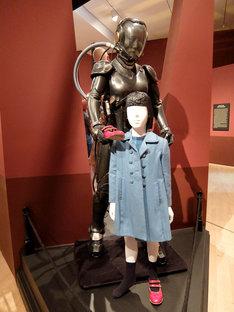 「パシフィック・リム」より、森マコのドライブスーツ(奥)と幼少期の衣装(手前)。