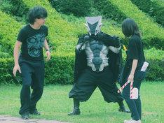「神宿スワン」撮影現場にて、怪人・ギガガギゴ(中央)。