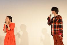 神木隆之介(右)が「三葉」と呼ぶシーンを実演し、本気で照れる三葉役の上白石萌音(左)。