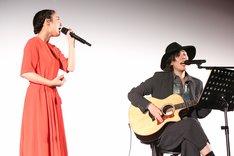 「君の名は。」の主題歌「なんでもないや」をセッションした上白石萌音(左)とRADWIMPS・野田洋次郎(右)。