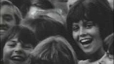 14歳当時のシガニー・ウィーバー(右)。(c) White Horse Pictures