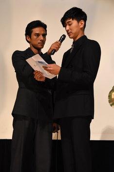左から満島真之介、松田翔太。
