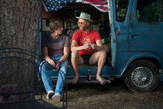 「エブリバディ・ウォンツ・サム!! 世界はボクらの手の中に」新場面写真。主人公ジェイク役のブレイク・ジェナー(左)とウィロビー役のワイアット・ラッセル(右)。