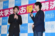 左から佐藤健、朝井リョウ。