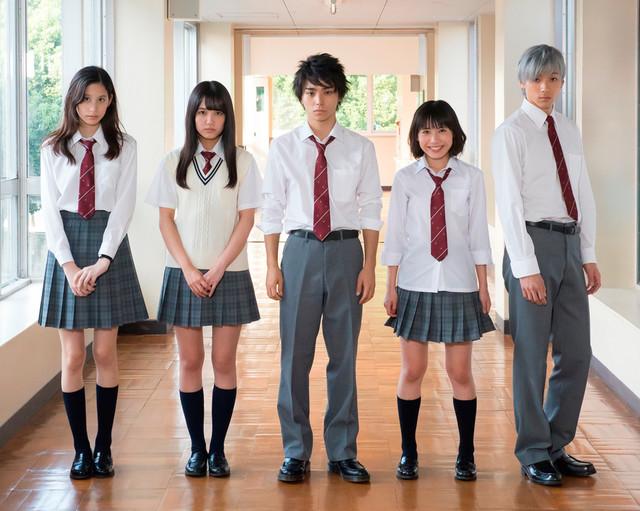 「二度めの夏、二度と会えない君」のキャスト。左から金城茉奈、加藤玲奈、村上虹郎、吉田円佳、山田裕貴。