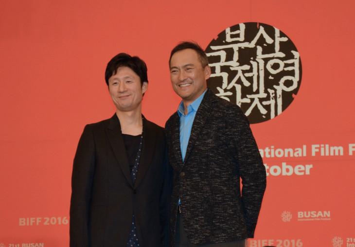 第21回釜山国際映画祭の公式会見に出席した李相日(左)と渡辺謙(右)。
