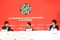 第21回釜山国際映画祭での記者会見の様子。左から新海誠、上白石萌音、神木隆之介。