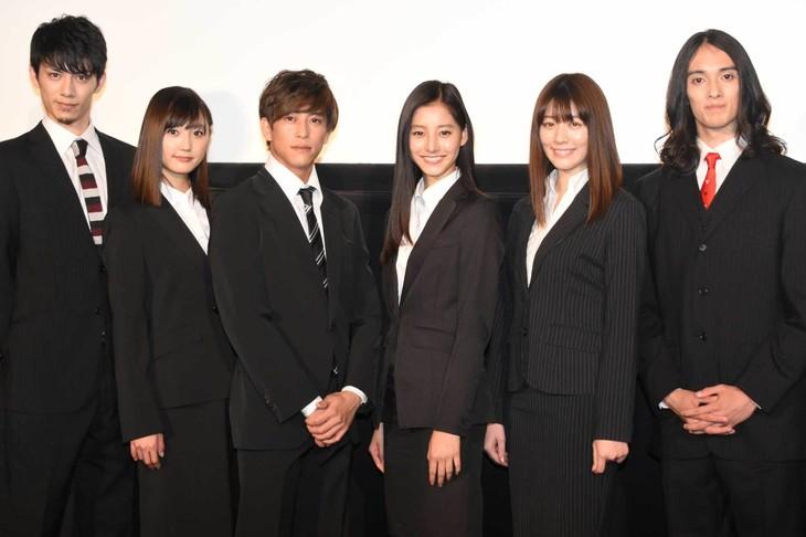 「インターン!」完成披露舞台挨拶にて、左から青木玄徳、鈴木友菜、佐野岳、新木優子、岡本杏理、栗原類。