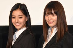 左から新木優子、岡本杏理。