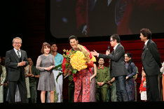 ミュージカル「ミス・サイゴン」特別カーテンコールの様子。前列左から、園岡新太郎、入絵加奈子、市村正親、岸田敏志、安崎求。