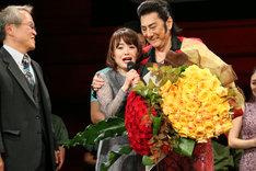 ミュージカル「ミス・サイゴン」特別カーテンコールの様子。左から、園岡新太郎、入絵加奈子、市村正親。