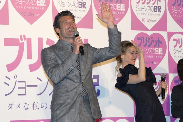観客を煽るパトリック・デンプシー(左)。