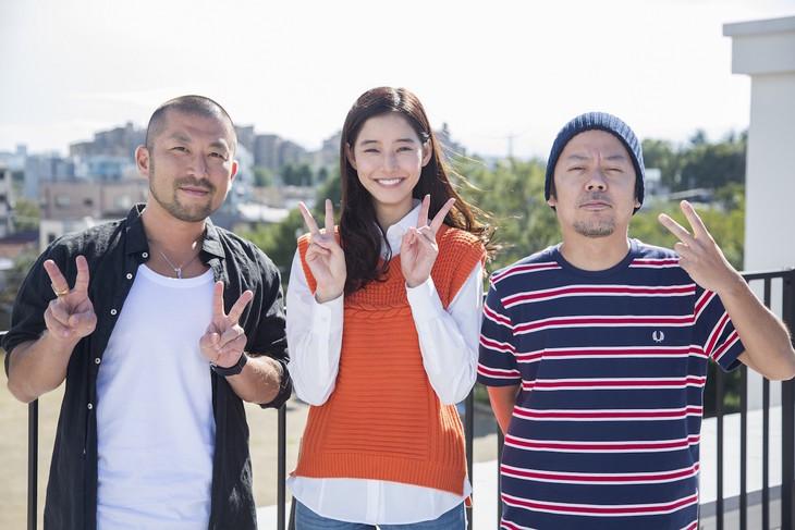左から大蔵(ケツメイシ)、新木優子、RYO(ケツメイシ)。