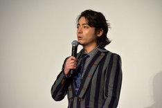 1人ステージに残り、ファンへ挨拶する山田孝之。