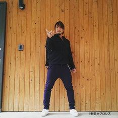 棚橋弘至がInstagramにアップした、仮面ライダーエグゼイドの変身ポーズ。