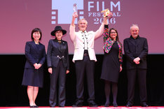 小池百合子東京都知事(左から2番目)、「ブルーム・オヴ・イエスタディ」の監督クリス・クラウス(中央)、プロデューサーのカトリン・レンメ(右から2番目)、審査委員長のジャン=ジャック・ベネックス(右端)。