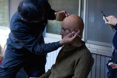 特殊メイクで撮影に臨んだ鰐戸三蔵役の間宮祥太朗(右)。