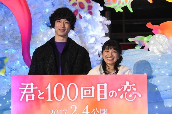 左から坂口健太郎、miwa。