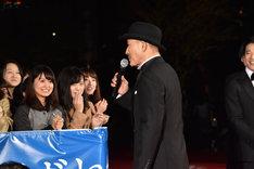 岡田准一に無茶振りされ、観客に挨拶する小林薫。