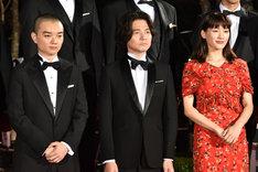 左から染谷将太、吉岡秀隆、綾瀬はるか。