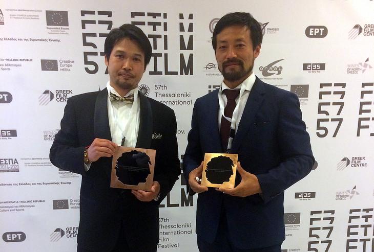 第57回テッサロニキ国際映画祭より授賞式の様子。竹内洋介(左)と岸建太朗(右)。