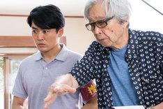 山田洋次の演出を受ける劇団ひとり。(c)2017「家族はつらいよ2」製作委員会