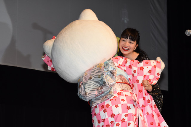 キティちゃん(左)と抱き合う小松菜奈(右)。