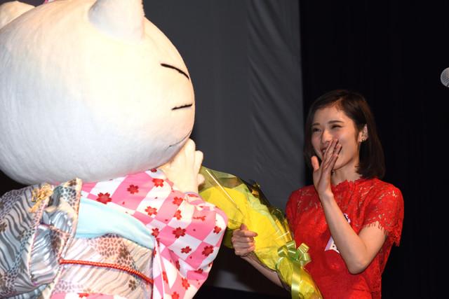 左からキティちゃん、松岡茉優。