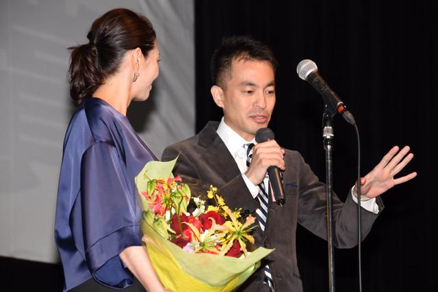 左から小泉今日子、前田司郎。