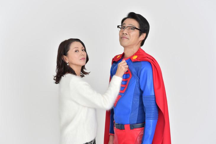 左江内円子役の小泉今日子(左)と、左江内役の堤真一(右)。