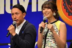アメリカンジョークで会場を盛り上げる川崎宗則(左)と、ツッコミを入れる稲村亜美(右)。