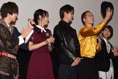 左から西銘駿、大沢ひかる、山本涼介、柳喬之、磯村勇斗。