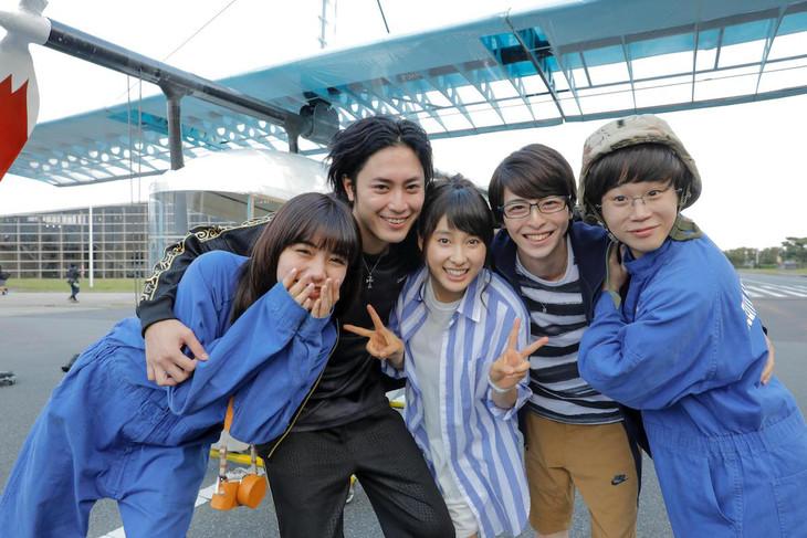 「トリガール!」クランクアップ時の様子。左から池田エライザ、間宮祥太朗、土屋太鳳、高杉真宙、矢本悠馬。
