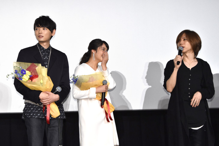 「L-エル-」初日舞台挨拶の様子。yasu(右)のサプライズ登壇に驚くキャスト。