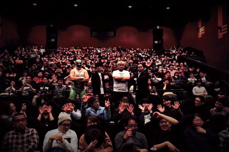 「俺たち文化系プロレスDDT」初日舞台挨拶の様子。左からスーパー・ササダンゴ・マシンことマッスル坂井、松江哲明、男色ディーノ、大家健。