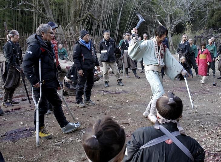 「無限の住人」撮影現場にて、福士蒼汰(右)に演出する三池崇史(左)。