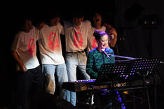 チャットモンチーの楽曲「バスロマンス」を弾く蒼井優(手前)と後ろで応援するキャストとスタッフ。
