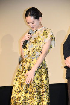 岡田准一に「光ってますよ?」と褒められるも、「特にこの色がね……」と、自身ではなくドレスについてコメントする綾瀬はるか。