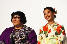 左からメイプル超合金・安藤、新木優子。
