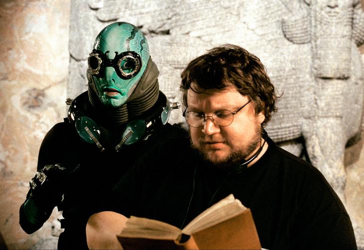 「ヘルボーイ」の撮影現場にて、エイブ・サピエン役のダグ・ジョーンズ(左)とギレルモ・デル・トロ(右)。(写真提供:T.C.D / VISUAL Press Agency / ゼータ イメージ)