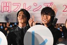松尾太陽(右)にいたずらする山崎賢人(左)。