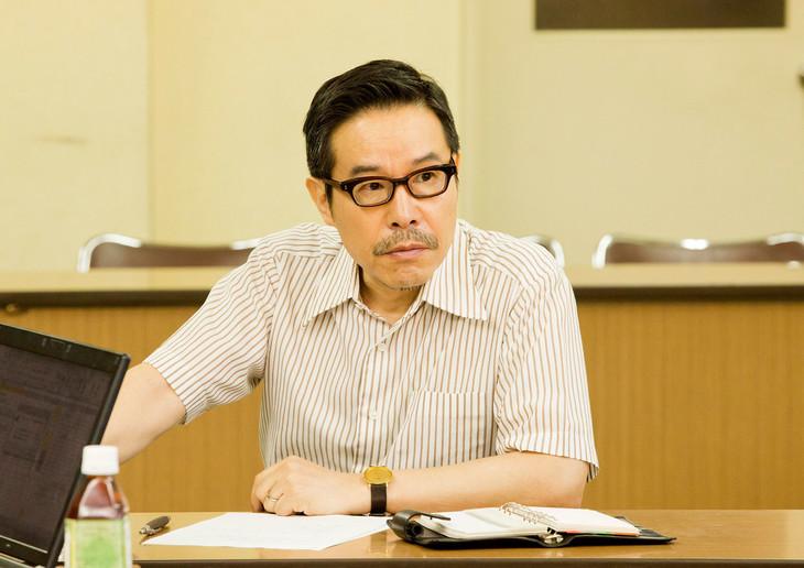 「ねこあつめの家」より、編集者の浅草を演じる田口トモロヲ。