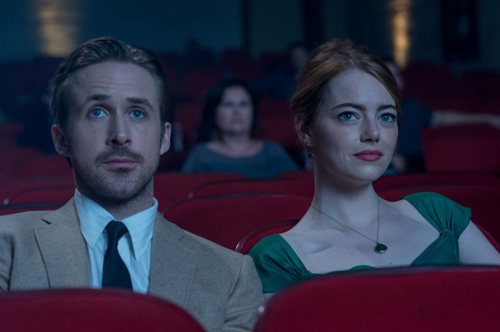 「ラ・ラ・ランド」 Photo credit: EW0001: Sebastian (Ryan Gosling) and Mia (Emma Stone) in LA LA LAND. Photo courtesy of Lionsgate. (c)2016 Summit Entertainment, LLC. All Rights Reserved.