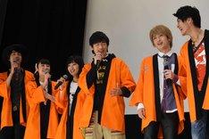 西川俊介(右端)にツッコむニンニンジャーキャストたち。