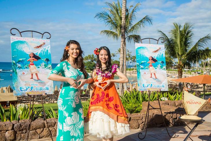 ハワイのアウラニ・ディズニー・リゾートにて行われたイベントの様子。左からアウリィ・カラバーリョ、屋比久知奈。